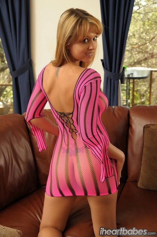 Эротические фотки девушки в прозрачном розовом платье