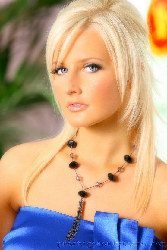 Симпатичная блондинка с голубыми глазами в синем платье