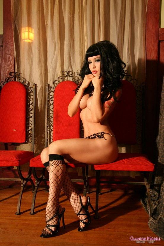 Экзотическая красавица-брюнетка с татуировками