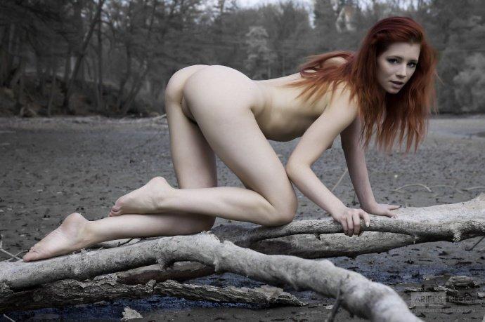 Рыжая девушка на фоне необычного пейзажа