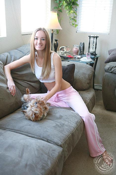 Улыбчивая блондинка в домашней обстановке - эротические фото