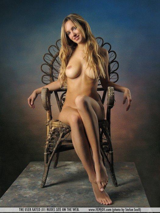 Улыбчивая блондинка в кресле - эротические фото