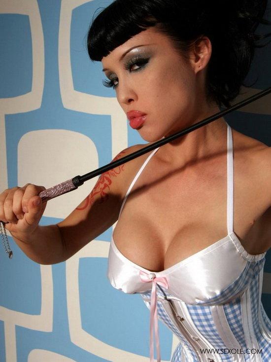Эротические фотографии девушки с плёткой