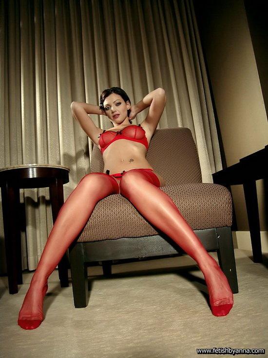 Эротические фотографии девушки в красном белье и чулочках