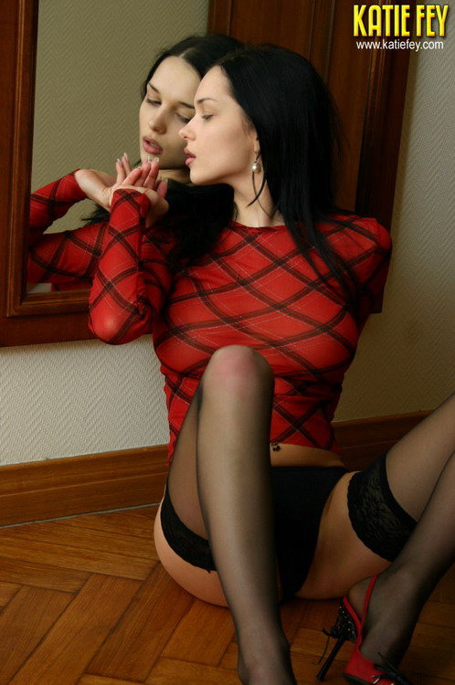 Девушка позирует у зеркала - эротические фото