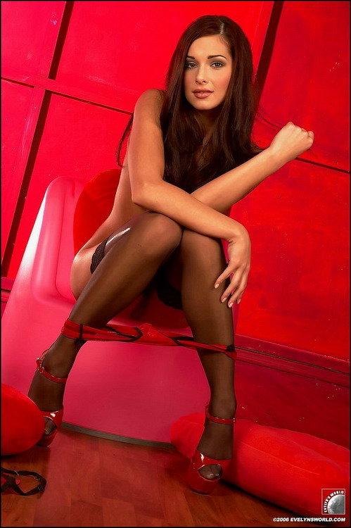 Девушка в красном белье и черных чулках - эротические фото