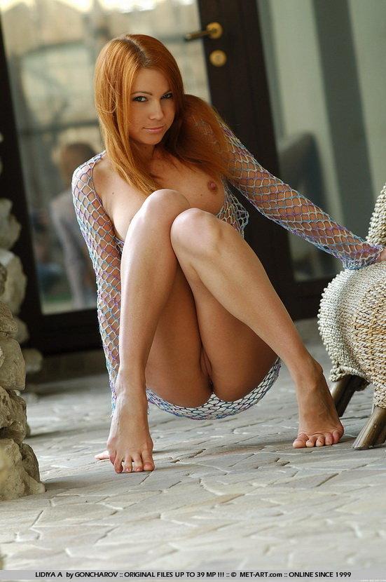 Эротические фотографии рыжей девушки, позирующей на веранде