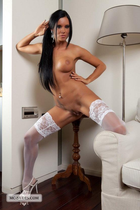 Эротические фотографии смуглой девушки в белых чулках