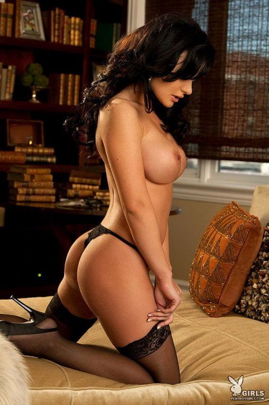 Брюнетка в красивом черном белье позирует на диване
