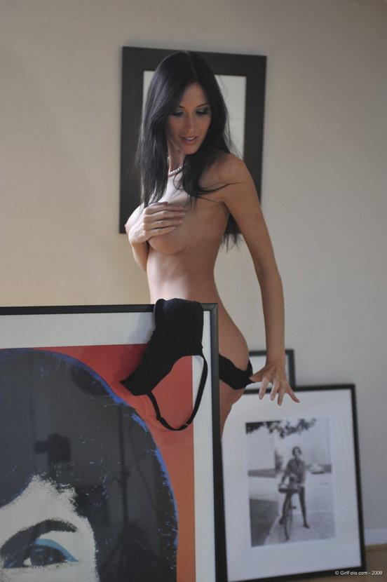 Девушка позирует в художественной мастерской - эротические фотографии