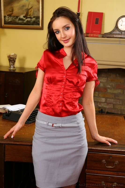 Девушка-секретарь позирует в офисе. Очень красивые фото.