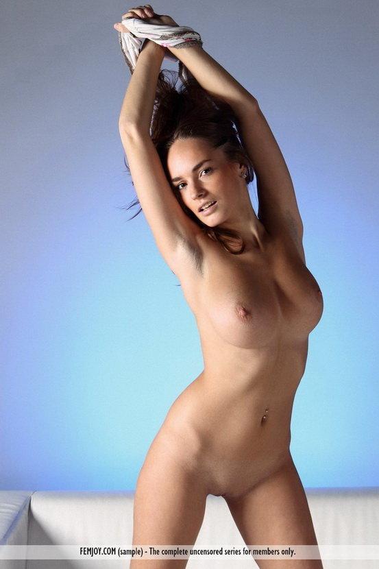 Эротические фотографии красивой девушки на диване