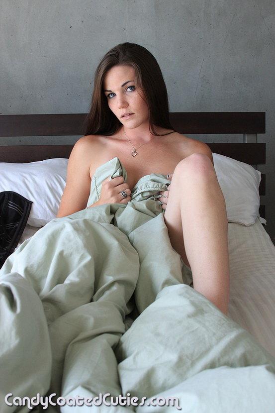 Эротические фотографии брюнетки в постели