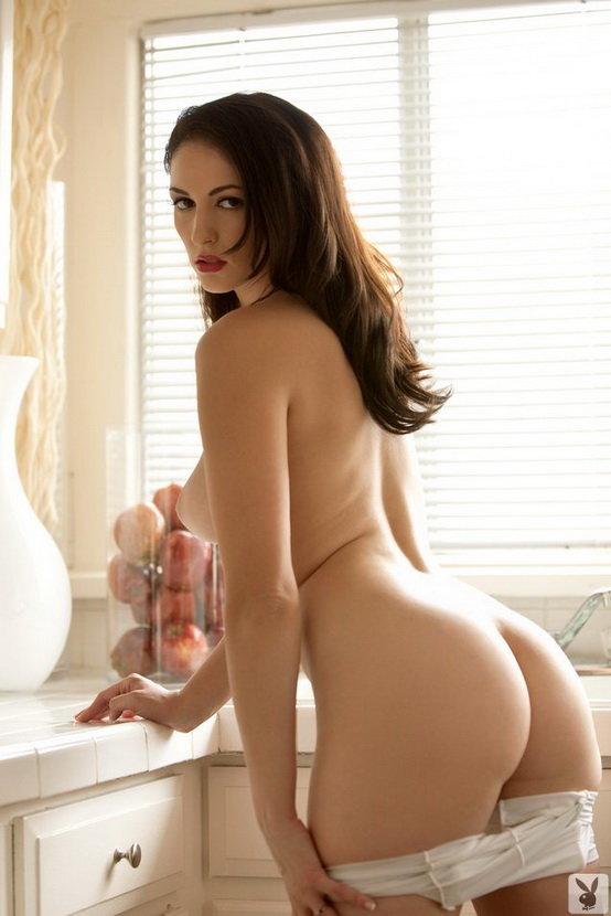 Эротические фотографии красивой девушки, позирующей на кухне