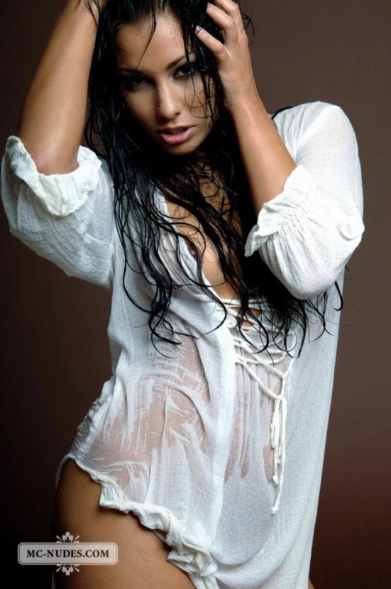 Эротическая галерея страстной брюнетки в мокрой рубашке