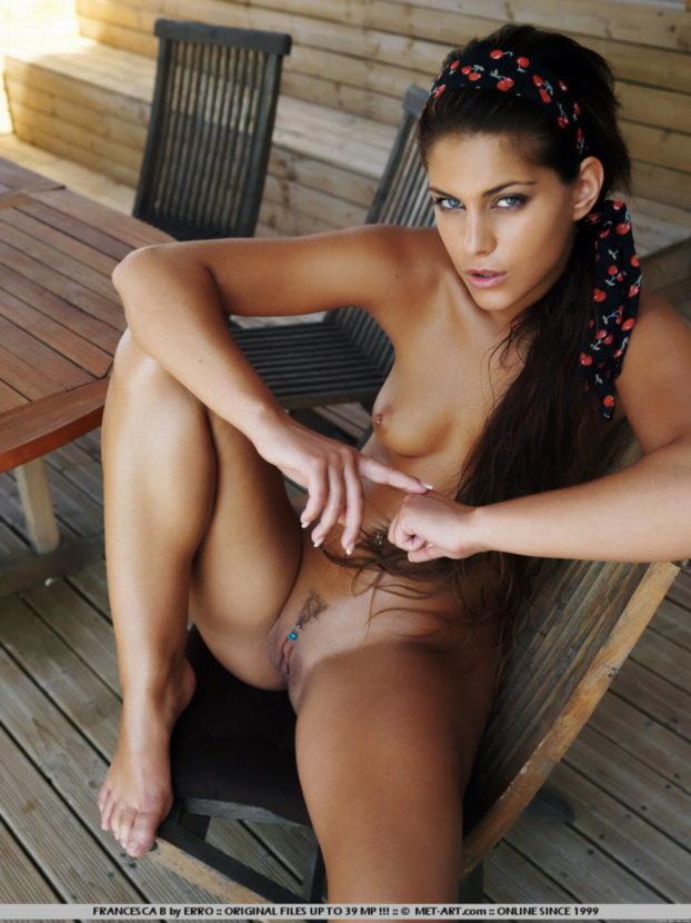 Эротический фотосет синеглазой брюнетки с пирсингом