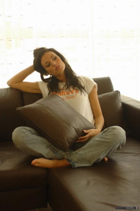 Эротическая галерея темпераментной шатенки на диване