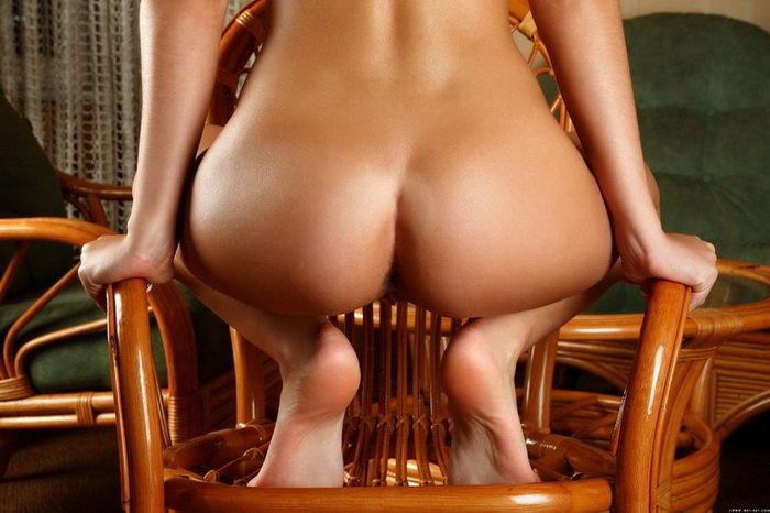 Эротическая галерея брюнетки в плетеном кресле
