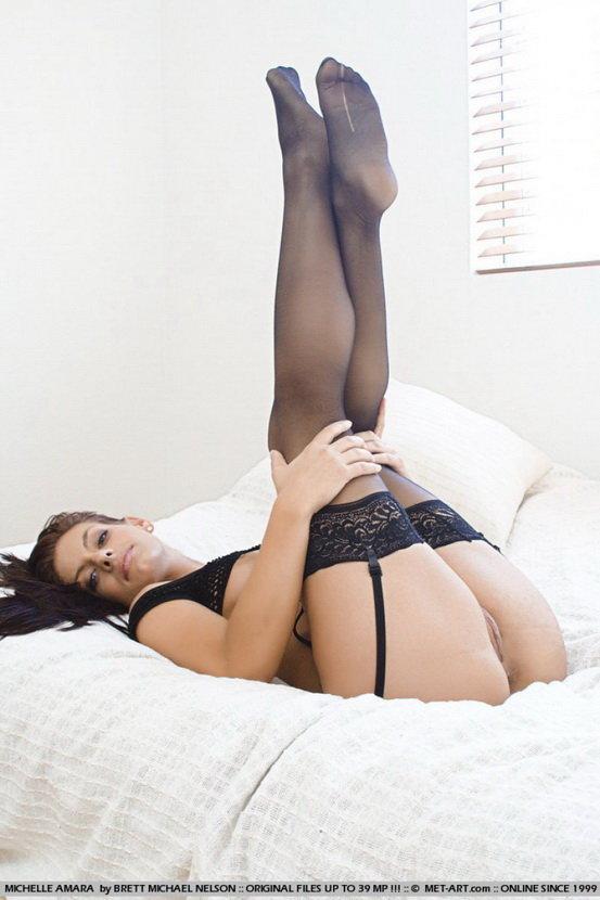 Эротическая галерея сексуальной брюнетки в черных чулках