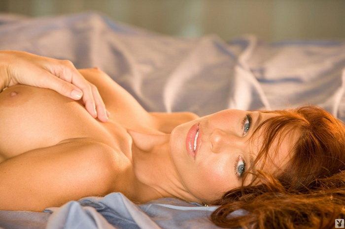 Эротическая фотогалерея голубоглазой шатенки в кружевном корсаже