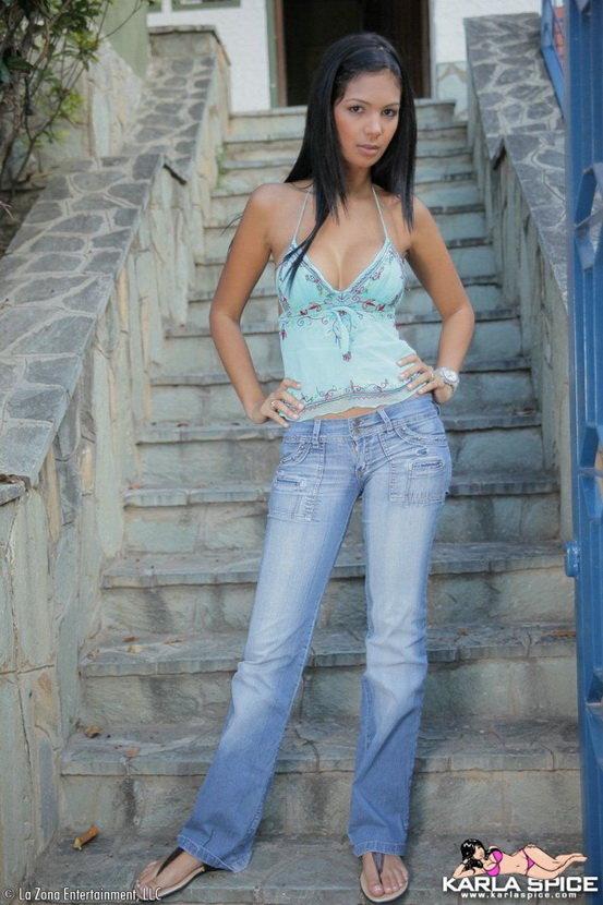 Эротический фотосет брюнетки в синих джинсах