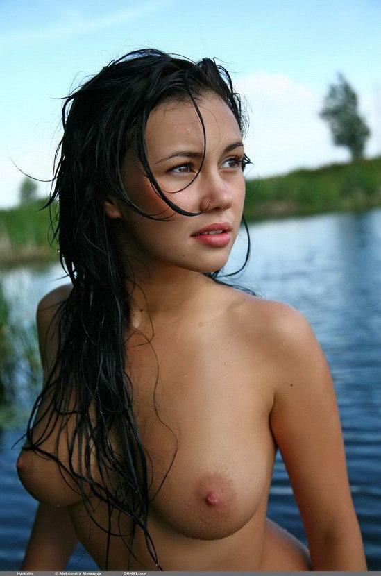 Эротическая фотогалерея девушки, купающейся в озере