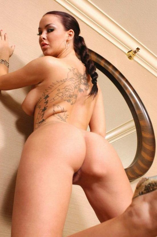 Эротический фотосет горячей латиноамериканки перед зеркалом