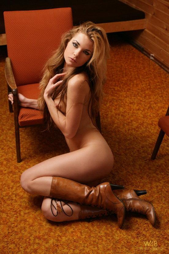 Эрогалерея сексуальной блондинки в высоких сапожках