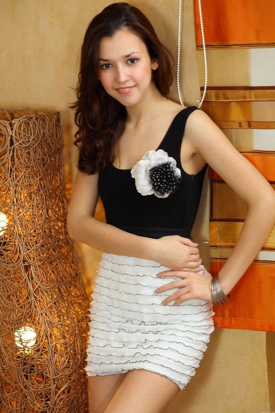 Эротическая галерея девушки в черно-белом платье