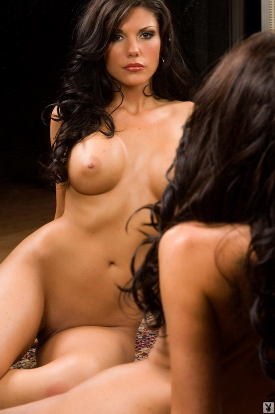 Эрогалерея жгучей брюнетки у зеркала