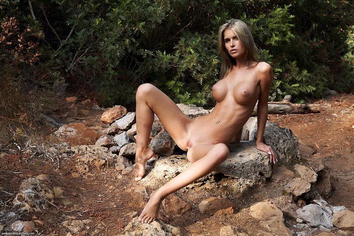 Эротическая галерея обнаженной шатенки на природе