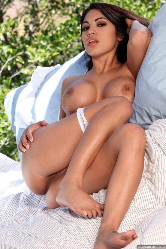 Эротический фотосет жгучей брюнетки в белых трусиках