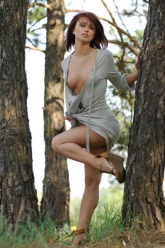 Эротические фото сексуальной рыженькой девушки в сером платье