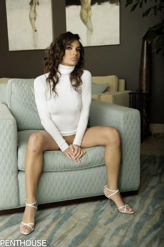 Эротические фото знойной брюнетки в белом свитерке