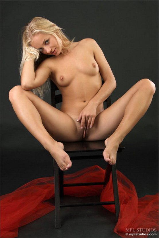 Эрогалерея сексуальной блондинки с красным шарфом