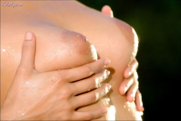 Эротические фото брюнетки у бассейна
