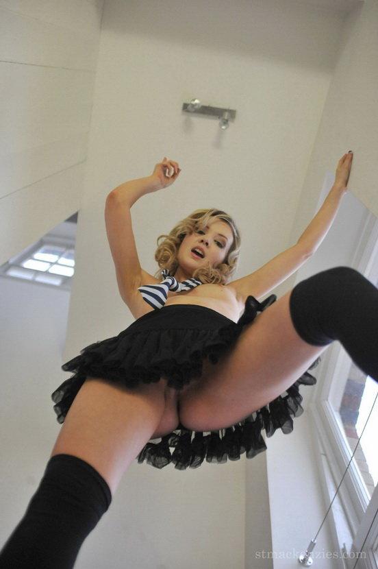 Эротическая галерея шаловливой блондиночки в школьной форме