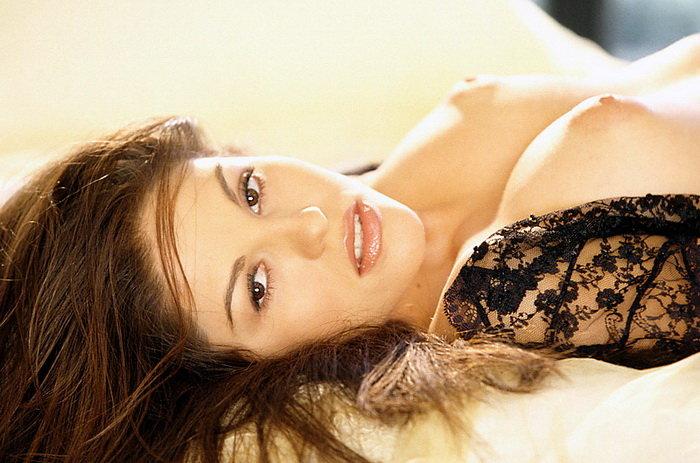 Эротические фото обнаженной брюнетки у окна