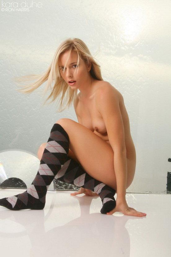 Эротический фотосет стройной блондинки в гольфах с ромбами