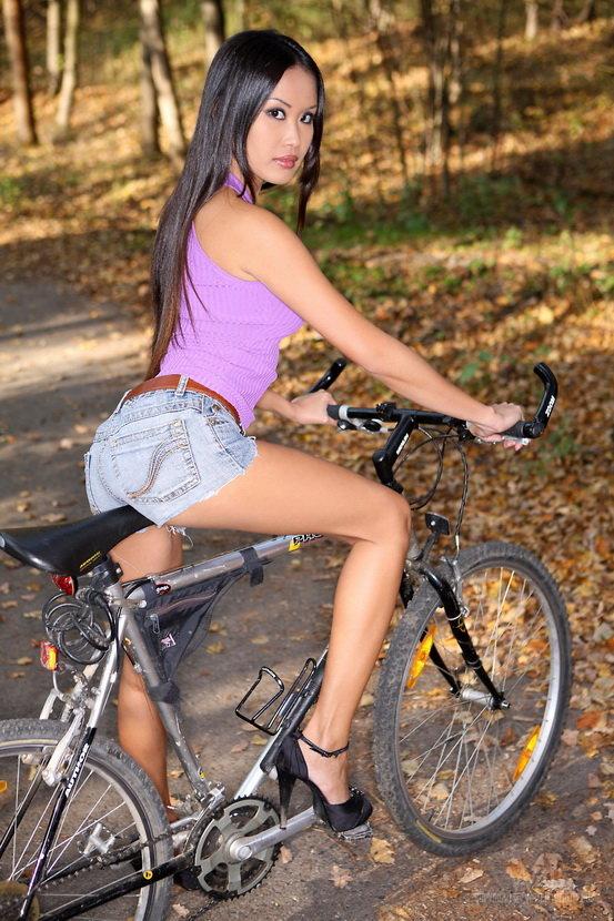Эротическая галерея сексуальной аззиатки с велосипедом
