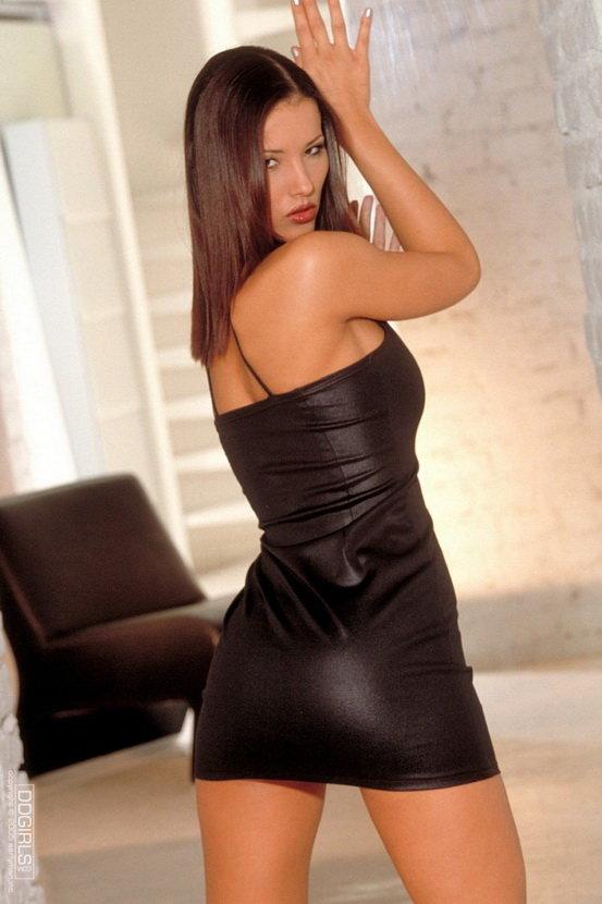 Эрогалерея сексапильной брюнетки в маленьком черном платье
