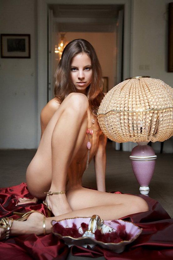 Эротическая галерея девушки-шатенки у лампы