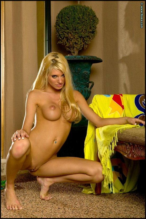 Эрогалерея веселой блондинки в желто-зеленом купальнике