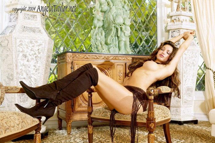 Эротический фотосет волнующей брюнетки в замшевом поясе и высоких сапожках