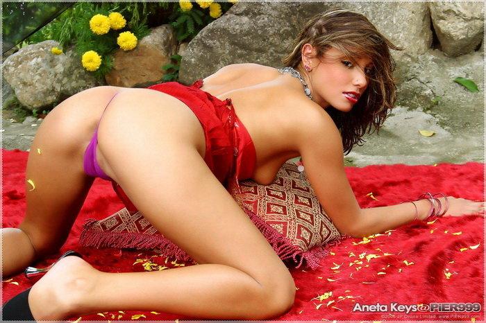 Эротическая галерея знойной шатенки в красном топе