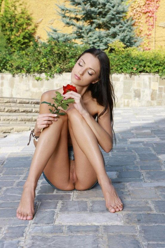 Эротические фотографии стройной брюнетки с красной розой