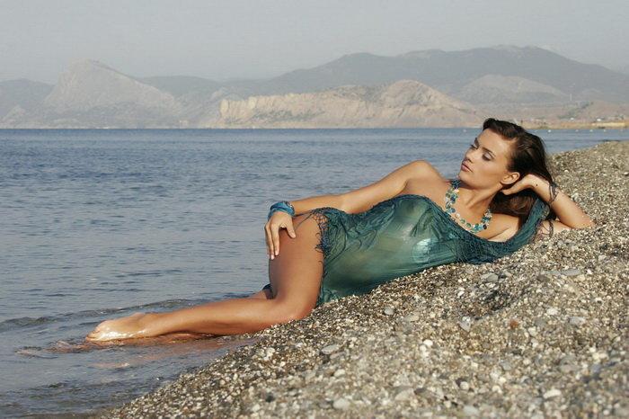 Эротические фото девушки-брюнетки на морском берегу