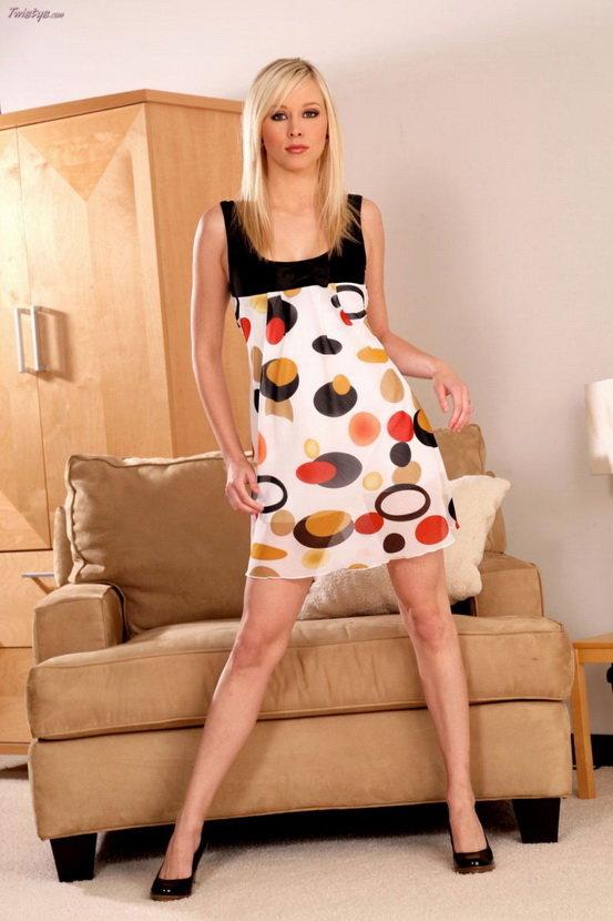 Эрогалерея красивой девушки-блондинки в платье в горошек