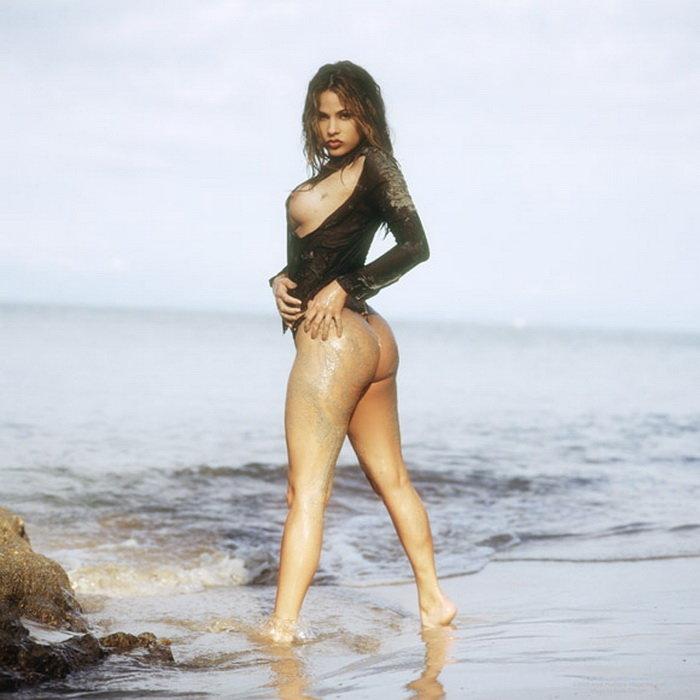 Эротические фото красивой девушки в морских волнах