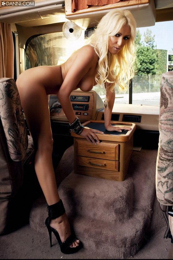 Эротическая галерея длинноногой блондинки в джинсовых шортах